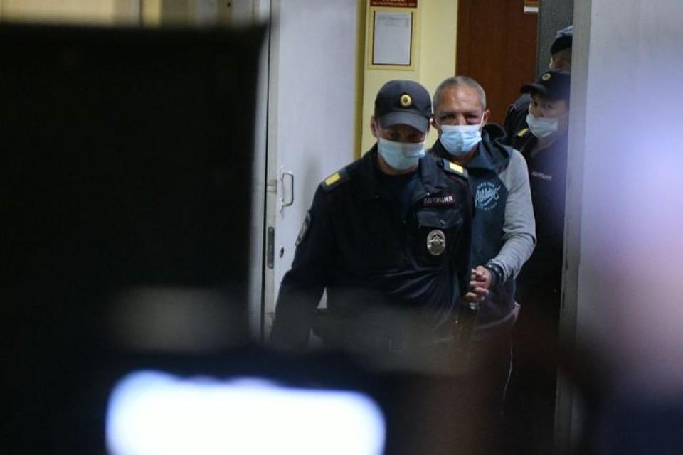 На заседании на вопрос журналистов, признает ли он свою вину, Сергей Болков кивнул головой.
