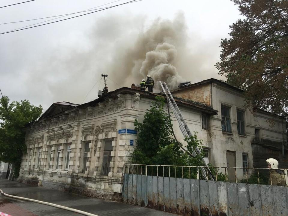 Огонь охватил крышу здания
