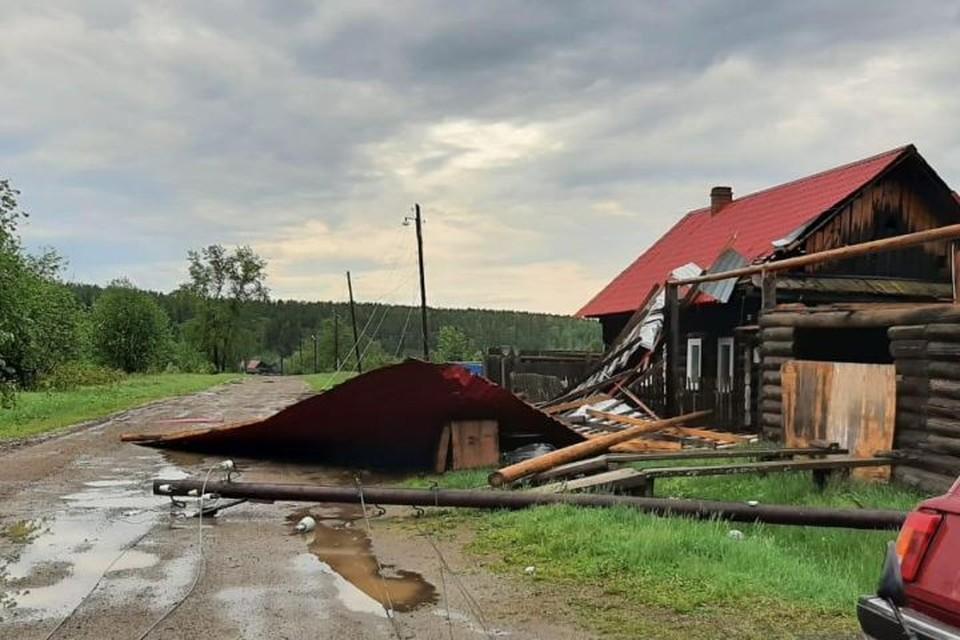 Помимо школы в поселке пострадали и жилые дома. Фото: Россети Урал