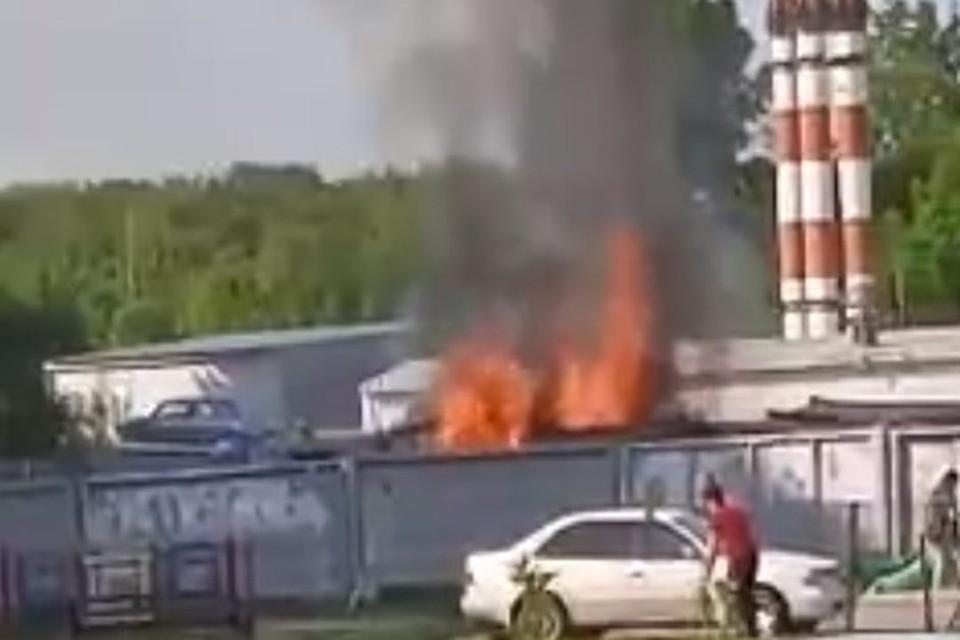 На улице Хилокской загорелись строительные вагончики. Фото: стоп-кадр
