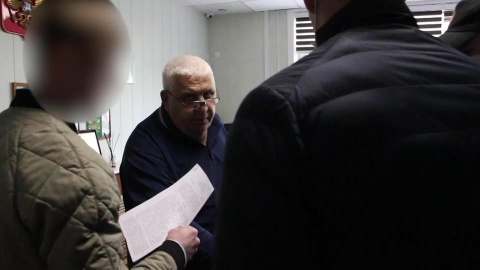 Литвинов фиктивно устроил на работу в институт несколько человек