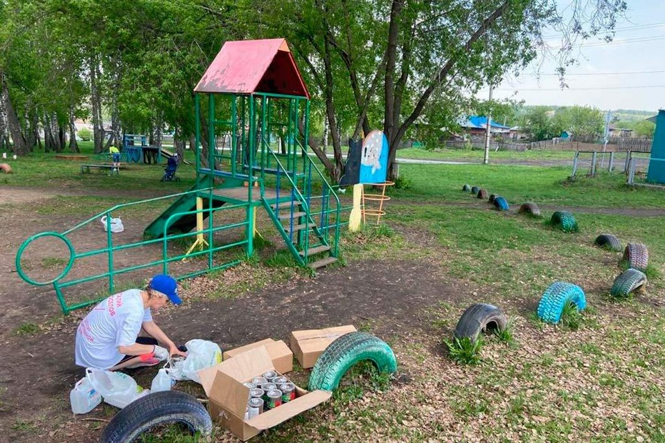 Обветшалые площадки чистят, ремонтируют и красят, чтобы дать им вторую жизнь. Фото: vk.com/vitalynovoselov