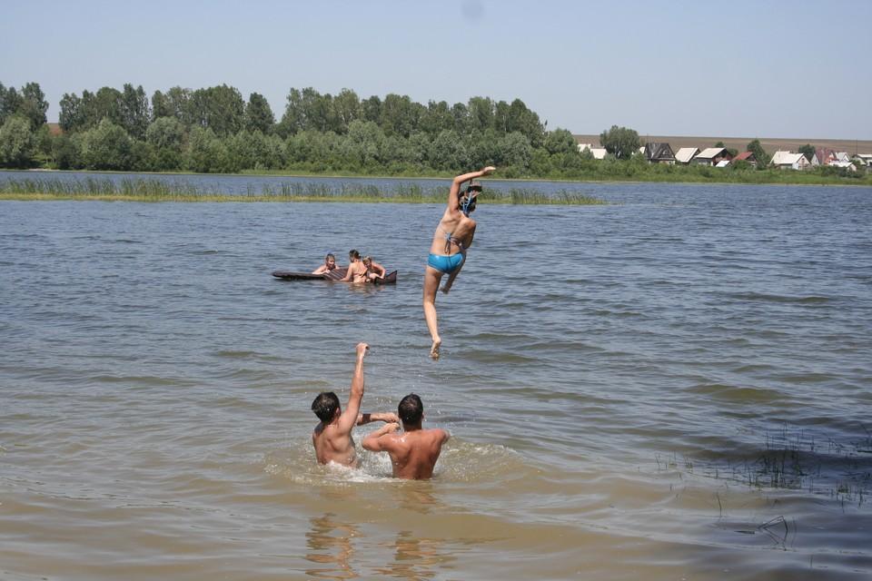 Несмотря на жару, официально пляжный сезон на Алтае еще не открыт.