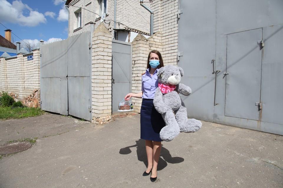 Девочке передали подарки и сладости. Фото: СУ СК РФ по Орловской области