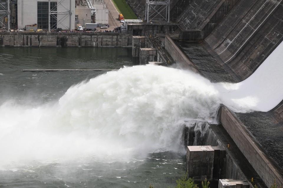 Фото сброса воды на Красноярской ГЭС 2 июня 2021: подборка лучших снимков