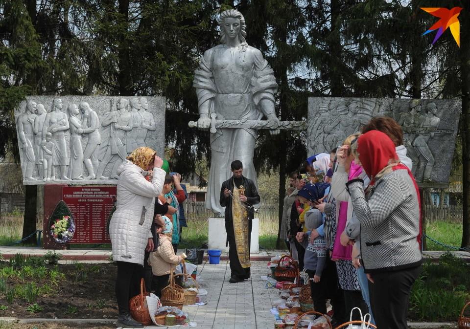 Освящение куличей возле памятника погибшим в годы Второй мировой войны. 1 мая 2021 года. Деревня Сторожовцы, Житковичский район, Гомельская область.