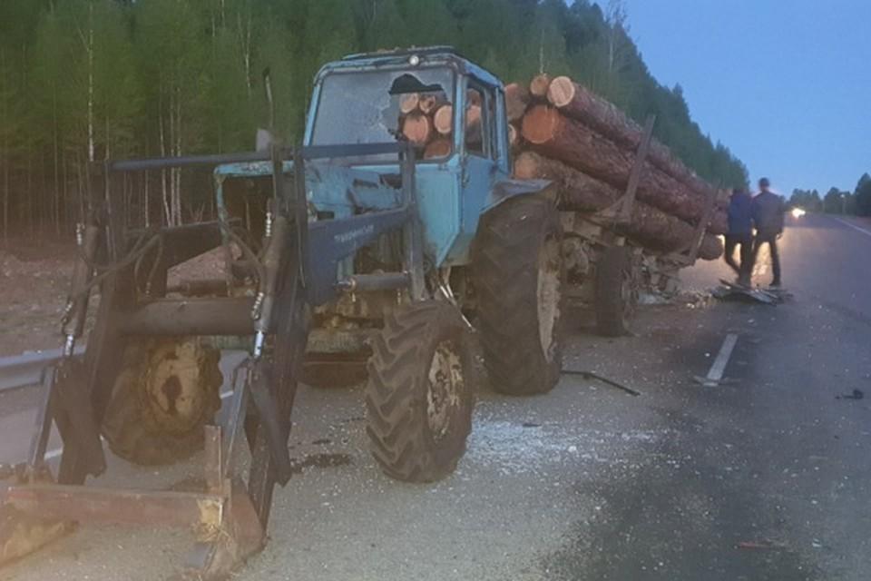Смертельное ДТП в Туве: иномарка врезалась в трактор с ворованным лесом. Фото: ГИБДД Тувы