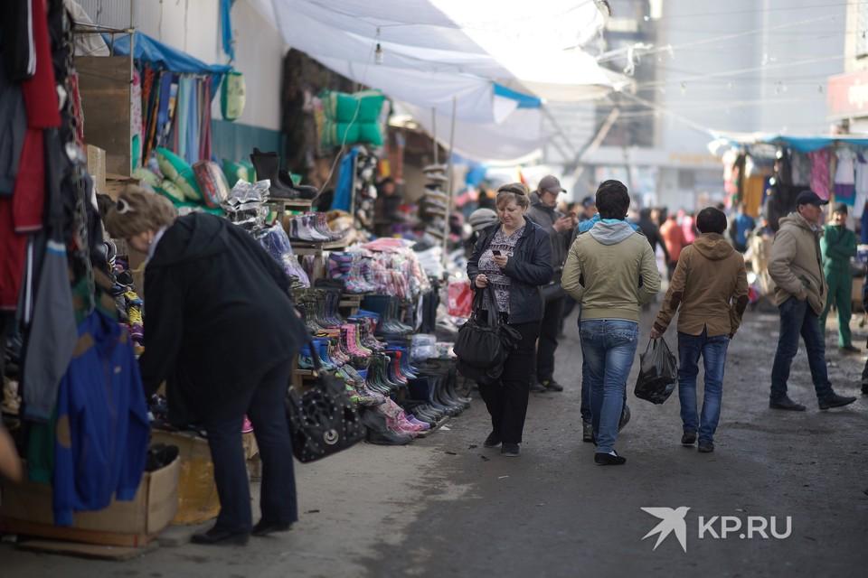 Помимо продуктов на рынках продают одежду, инструменты, товары для дома