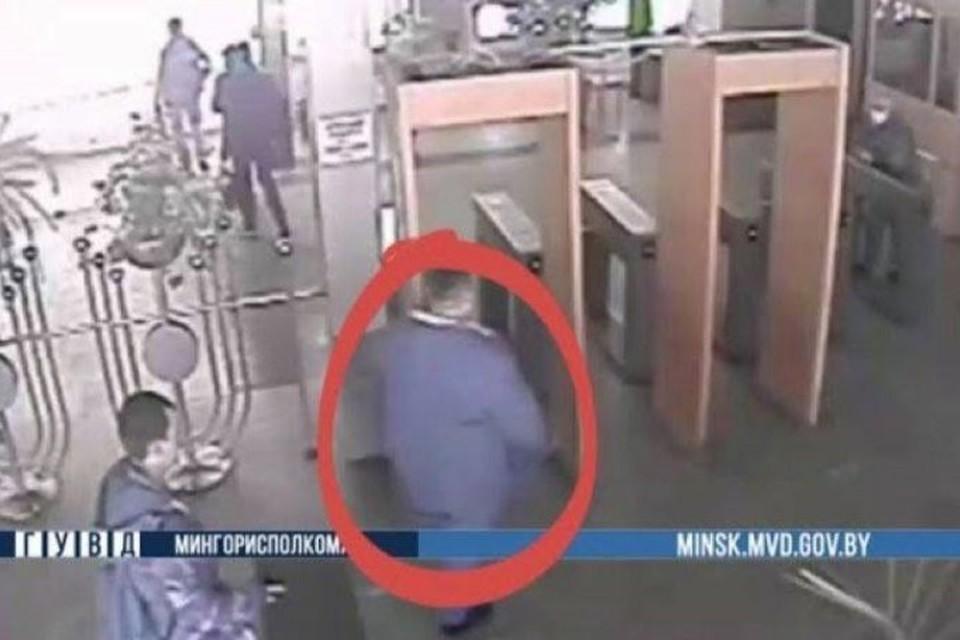 В Минске работник завода попытался вынести на плечах 54 килограмма латуни. Фото: скриншот с видео телеграм-канала Милиция Минска