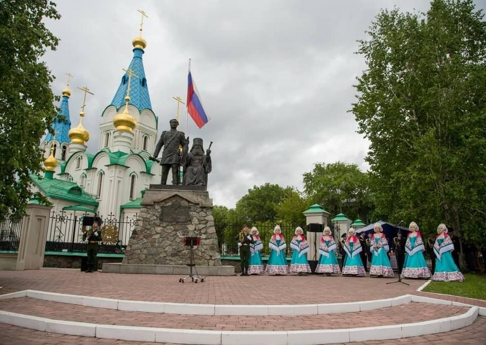 Непосредственно в 165-й день рождения Благовещенска в городе прошло несколько торжественных церемоний возложения цветов. Фото: admblag.ru
