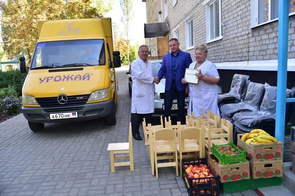 Руслан Иванович (в центре) регулярно помогает подшефным интернатам и детским домам. Фото: «Атлант-Донбасс»