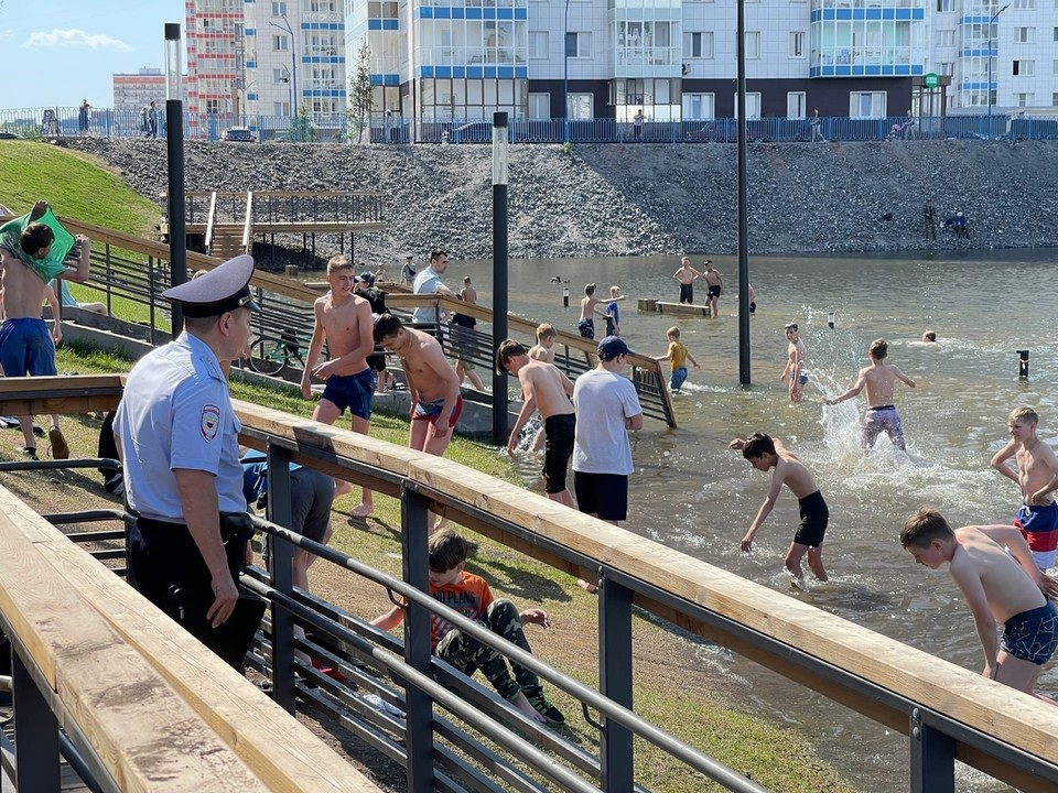 В Красноярске ребенок нырнул и ударился головой об скрытую водой лавку. Фото: «НАШ Свердловский район»