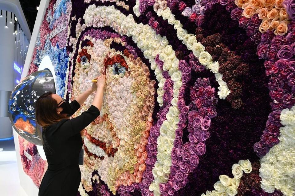Из 80 сортов живых цветов составлено громадное изображение первого космонавта Юрия Гагарина. Фото: facebook.com/uralchem/