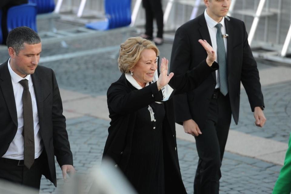Валентина Матвиенко вышла к людям на Дворцовой площади, чтобы пообщаться перед концертом на ПМЭФ-21.