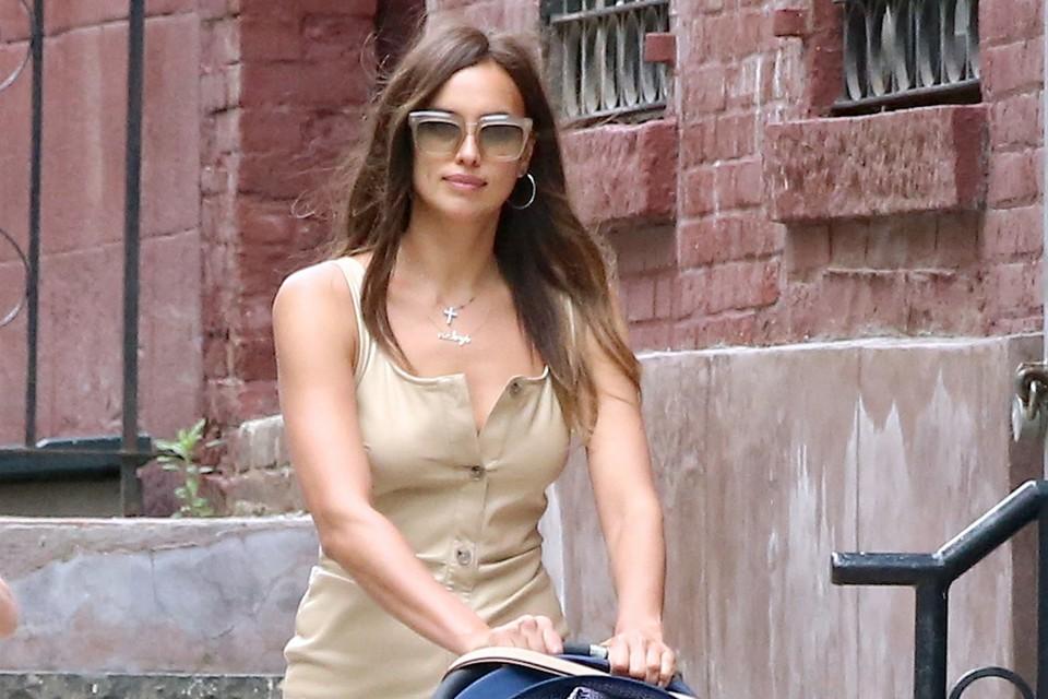 Ирина нарядилась в бежевое кожаное мини-платье, на котором она кокетливо расстегнула верхнюю пуговку.