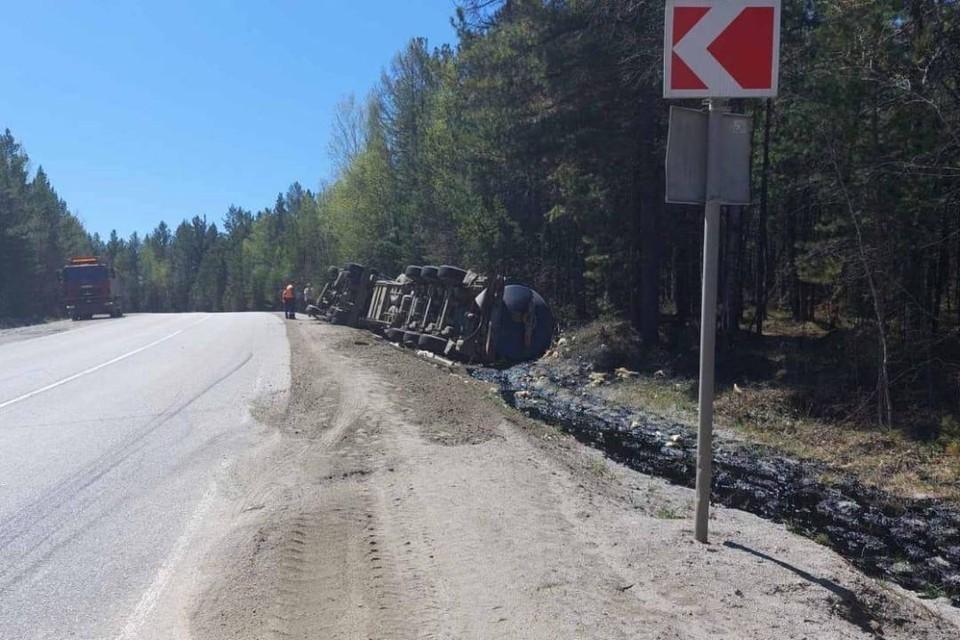 11 раз штрафовали за превышение скорости водителя перевернувшейся фуры с битумом в Шелеховском районе
