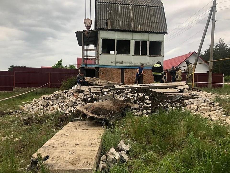 Дом, по свидетельствам местных жителей, находился в полуразрушенном состоянии уже последние лет 20.