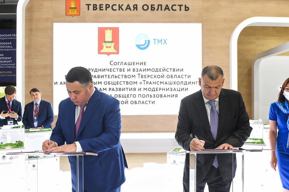 Игорь Руденя и Андрей Бокарев во время подписания соглашения в зоне тверского стенда на площадке ПМЭФ-2021. Фото: ПТО