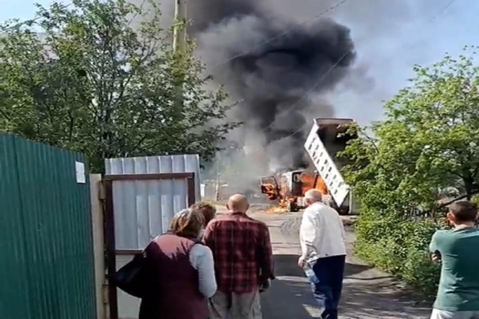 В новосибирском СНТ загорелся грузовик. Фото: стоп-кадр.