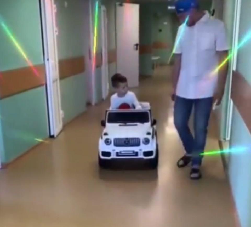 Дети передвигаются по отделению на машинке. Фото: Instagram Давида Мелик-Гусейнова