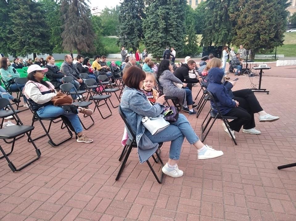 4 июня куряне смотрели кино на площади перед цирком