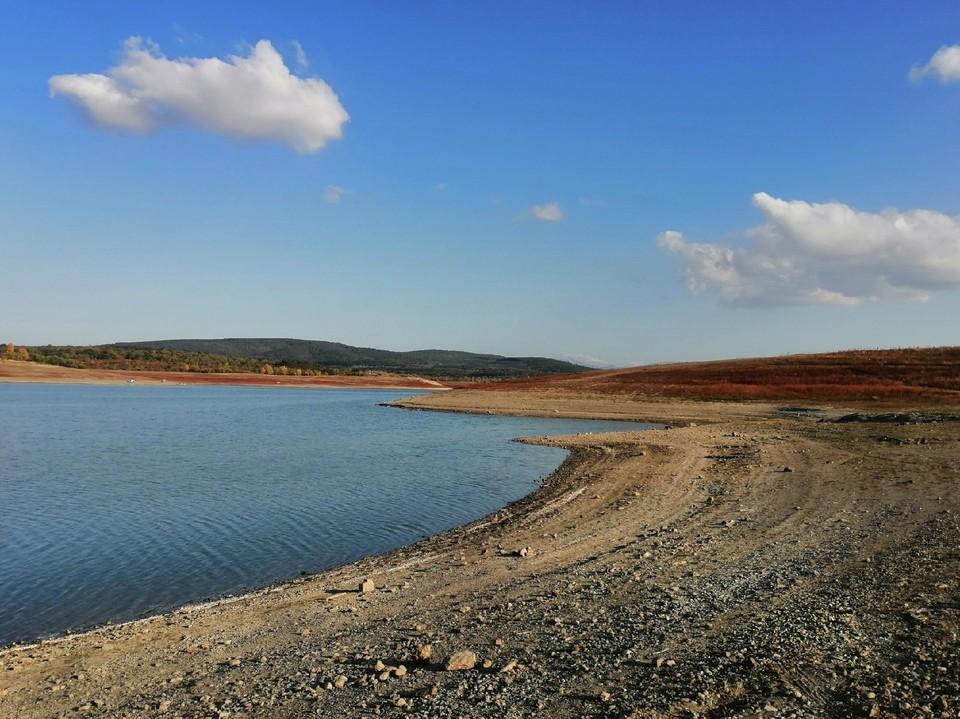 Симферопольское водохранилище сильно пострадало от засухи.