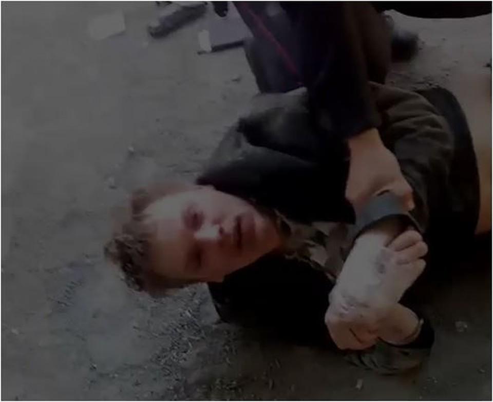 Мужчина был с пистолетом и ножом. Фото: скрин с видео Подслушано Ленинский район Челябинск/vk.com