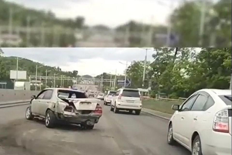 Разбитая машина мешает проезду.