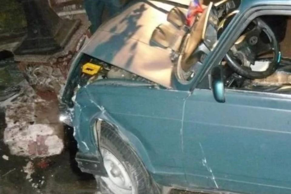 Отечественный автомобиль врезался в столб. Фото: АСТ-54