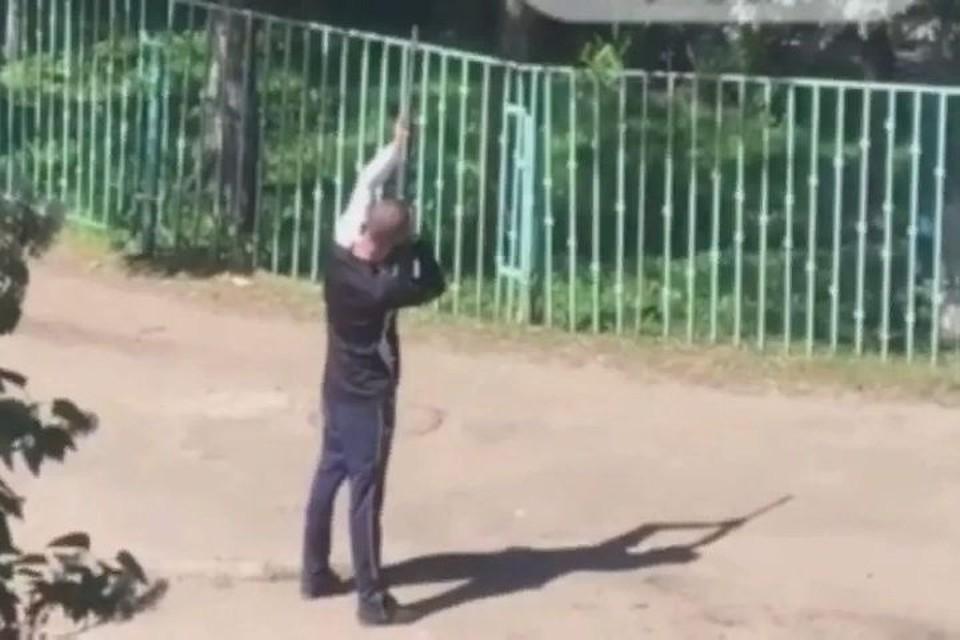 """Мужчину задержали сотрудники полиции. Скриншот, группа """"Жесть Ярославль"""" ВКонтакте"""