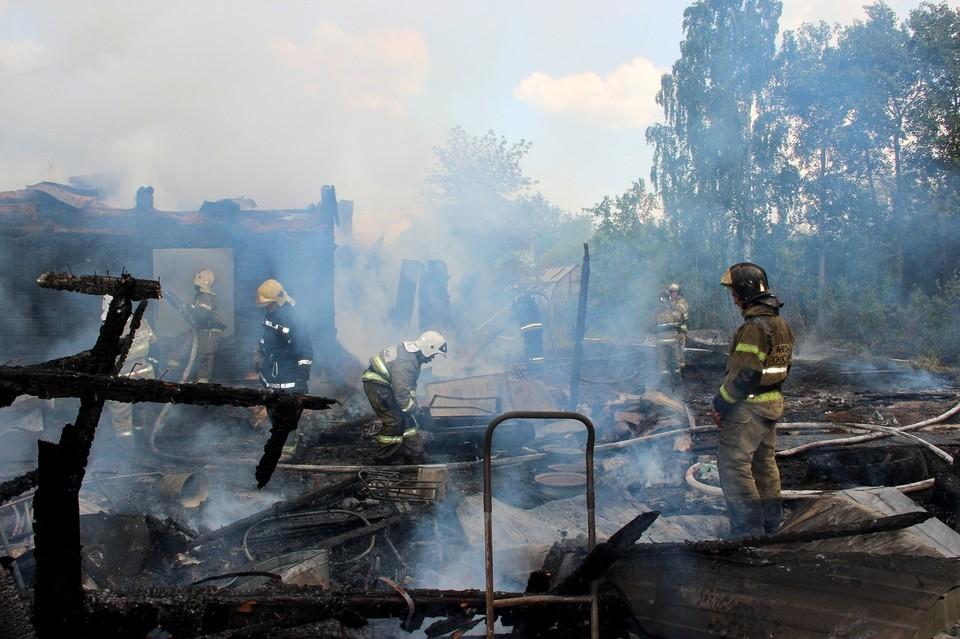 В Тюмени пожарные разбирают завалы после крупного пожара на Охотской.