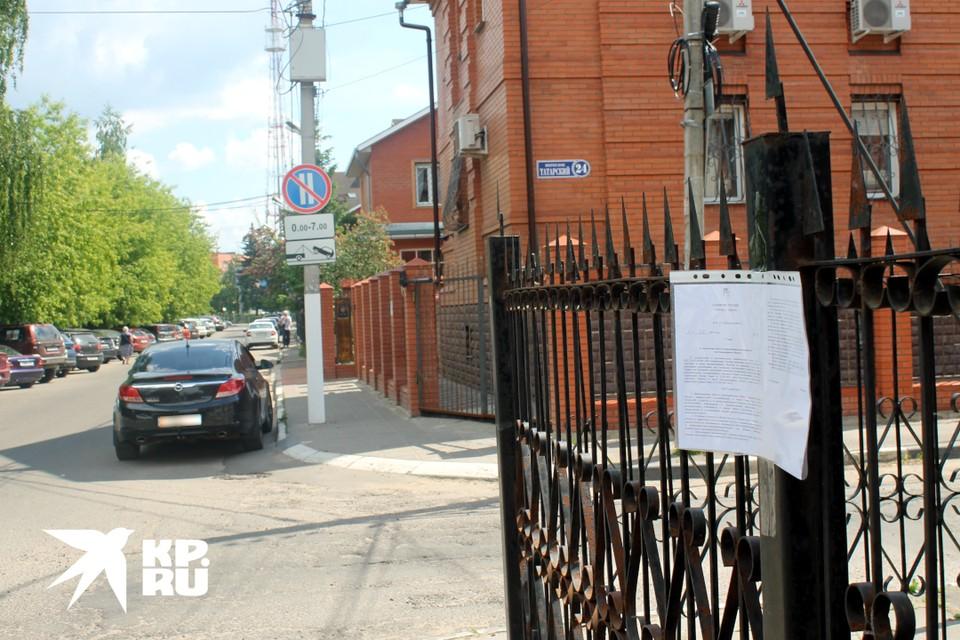 В Твери дали два месяца на демонтаж заборов вокруг коттеджей на Серебряной и Татарском.