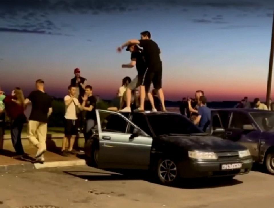 """Парни лихо отплясывают на крыше авто. Фото: паблик """"Нижний Новгород без цензуры"""""""