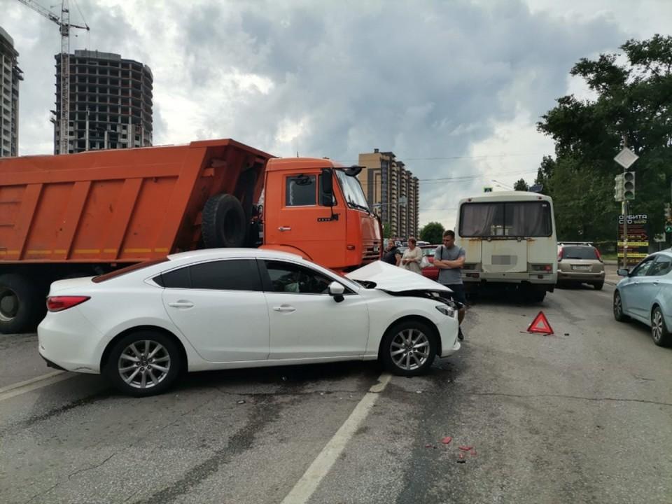 Машины, попавшие в ДТП, надолго перегородили дорогу.
