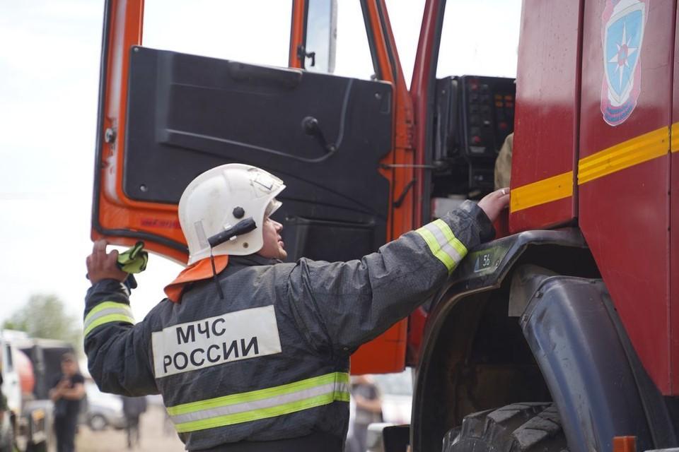 Пожарные тушат горящий производственный цех.