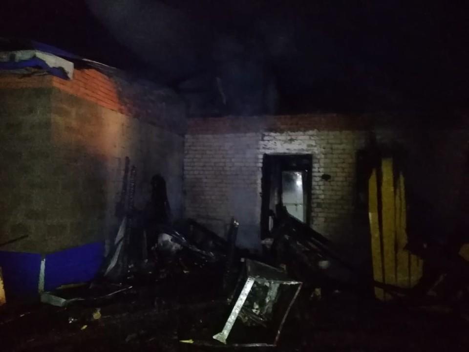 По предварительным данным, пожар начался в веранде, где и был найден погибший.
