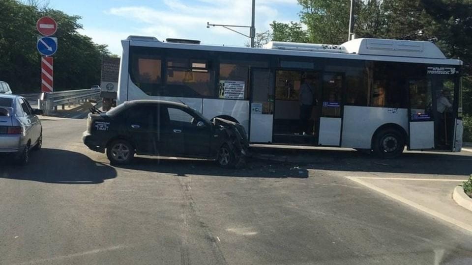 Легковой автомобиль очень пострадал из-за сильного удара. Фото: AMS Simferopol / Telegram.