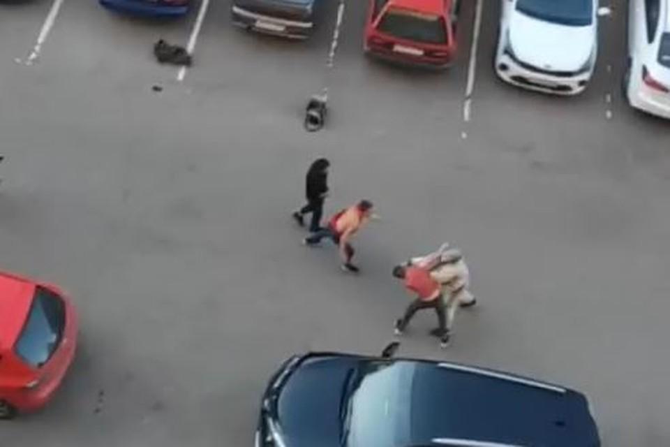 Хулиганов полиция нашла в соседнем дворе. Фото: скриншот с видео