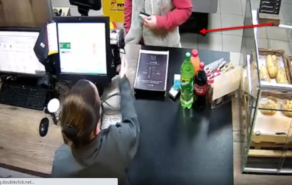 Женщина оплачивала покупки чужой банковской картой (Фото: столичная полиция).