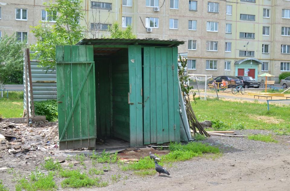 В Орле фекалии из уличного туалета отравляют существование жителям многоэтажки