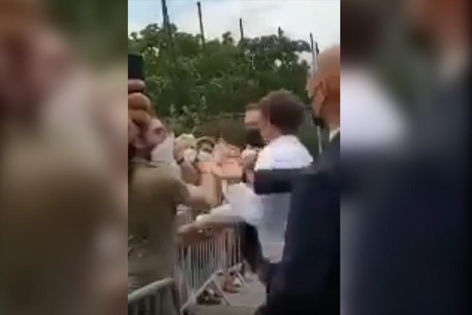 Президенту Франции Макрону дали пощечину из толпы.