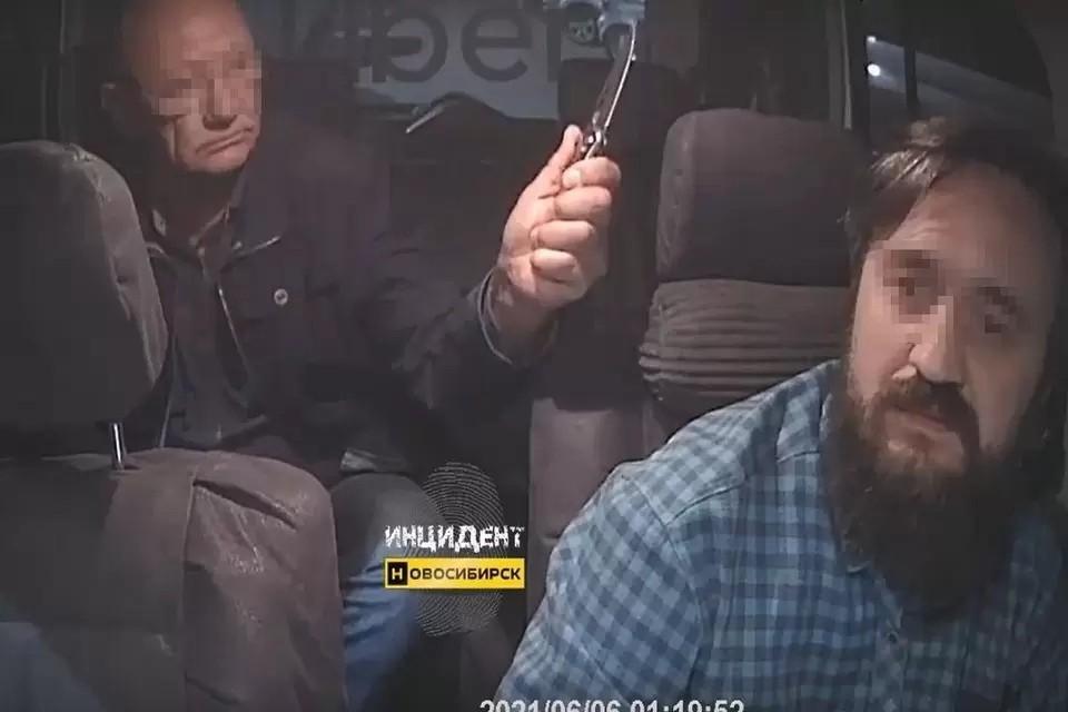 Новосибирец, отказавшийся платить за поездку, напал на таксиста с ножом. Фото: стоп-кадр