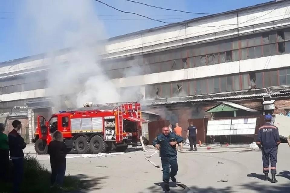 Прокуратура проводит проверку после гибели женщины на пожаре в новосибирском цеху. Фото: Владимир Новоселов.