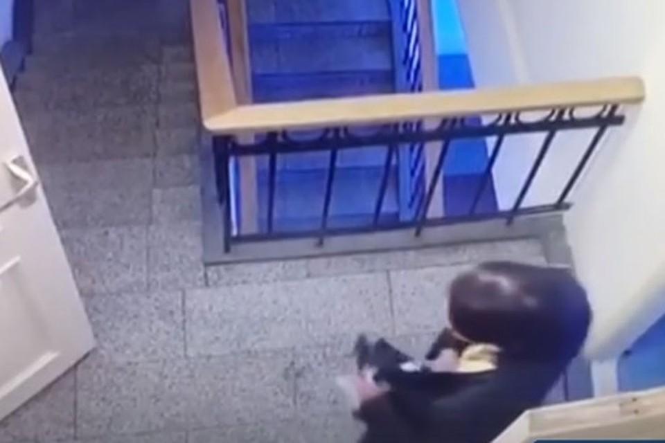 Сибирячка украла сумку работницы вокзала. Фото: стоп-кадр