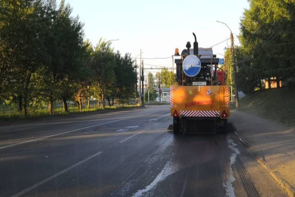 На улицах Кирова наносят новую разметку и очищают город от мусора. Фото: admkirov.ru