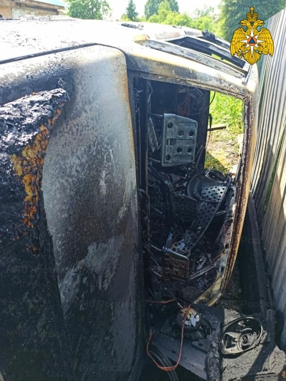 Автомобиль «ВАЗ» сгорел во время ремонта в Починке. Фото: ГУ МЧС России по Смоленской области.