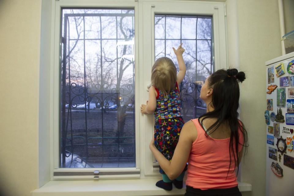 Кировчанам напоминают: ни в коем случае не оставляйте детей без присмотра в комнатах, где легко открываются окна.