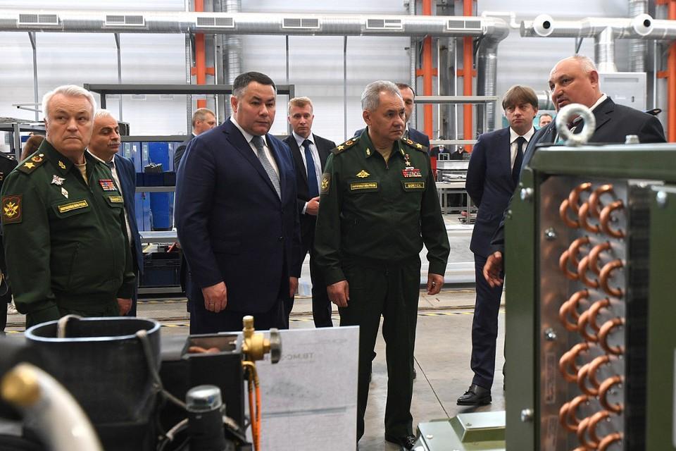 Игорь Руденя и Сергей Шойгу в одном из цехов технопарка. Фото: ПТО