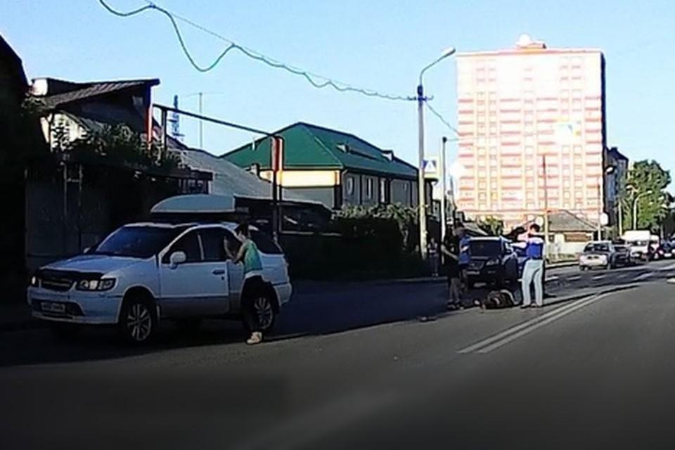 В Первомайском районе Новосибирска иномарка сбила мужчину. Фото: Кадр из видео