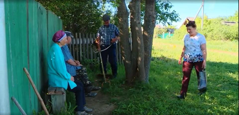 Семья из Киясовского района Удмуртии помогает пенсионерам и пожилым людям, Фото: скриншот видео